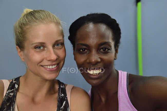 Портрет двух счастливых женщин в спортзале — стоковое фото