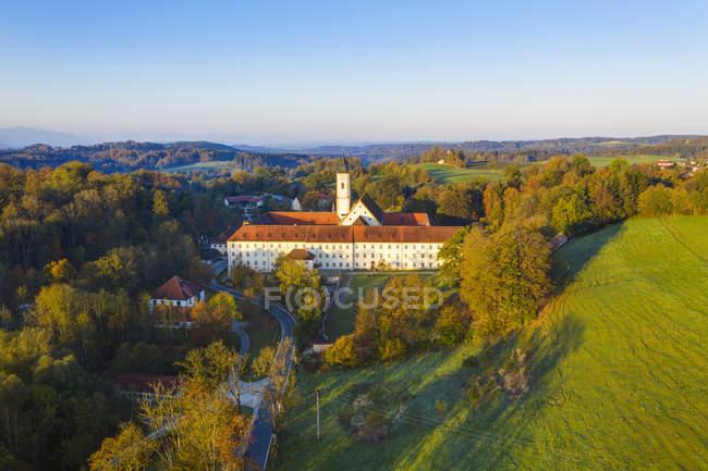 Германия, Бавария, Верхняя Бавария, Дитрамсцелль, вид с воздуха на монастырь, монастырь сестер Салезиан — стоковое фото