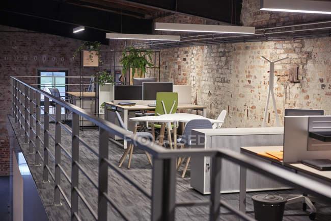 Interior de um moderno escritório de loft estilo industrial — Fotografia de Stock