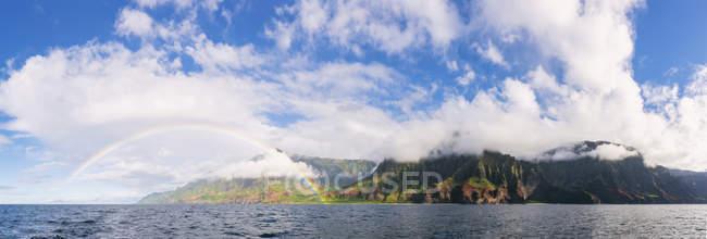 USA, Hawaii, Kauai, Na Pali Coast State Wilderness Park, Panoramic view of Na Pali Coast, rainbow — Stock Photo