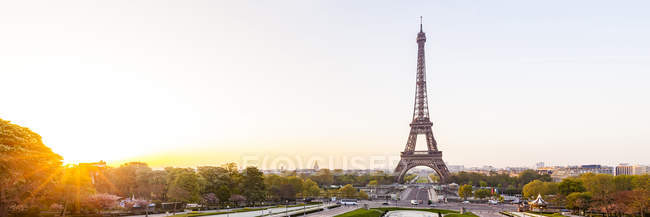 France, Paris, Eiffel Tower with Place du Trocadero and cityscape at sunrise — Stock Photo