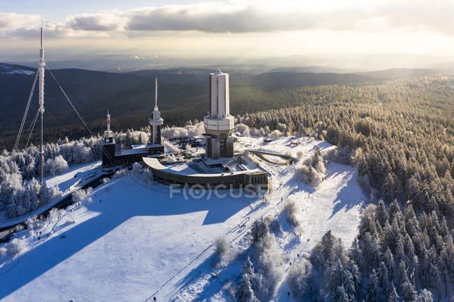 Alemania, Hesse, Schmitten, vista aérea de Grosser Feldberg, mástil aéreo de la hora y torre de observación en invierno - foto de stock