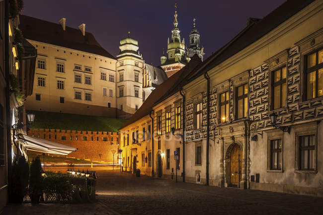 Poland, Krakow, Kanonicza Street to Wawel Castle in Old Town at night — Stock Photo