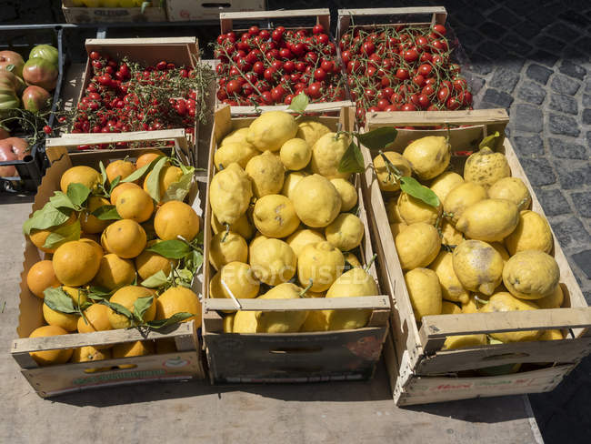 Italy, Ischia, Crates with fresh lemons and tomatoes on Piazza Marina — Stock Photo