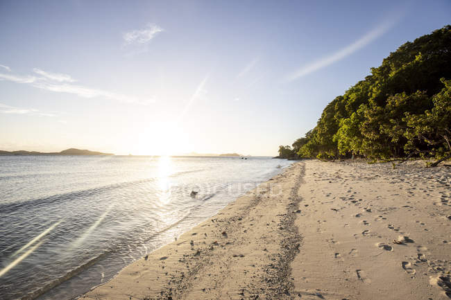 Philippines, Palawan, Linapacan, empty beach at sunset — стоковое фото