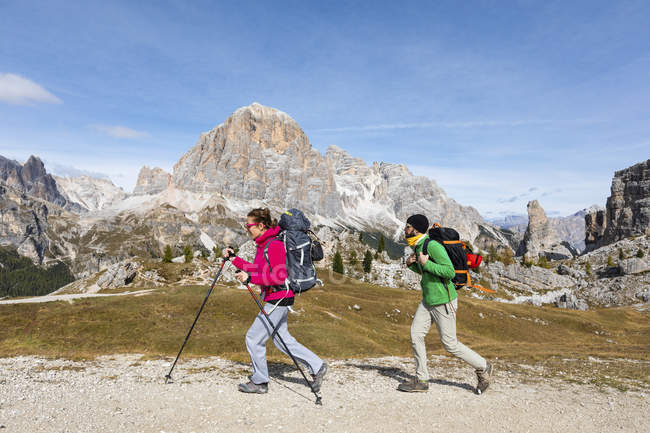 Italy, Cortina d 'Ampezzo, two people hiking in the Dolomites mountain area — стоковое фото