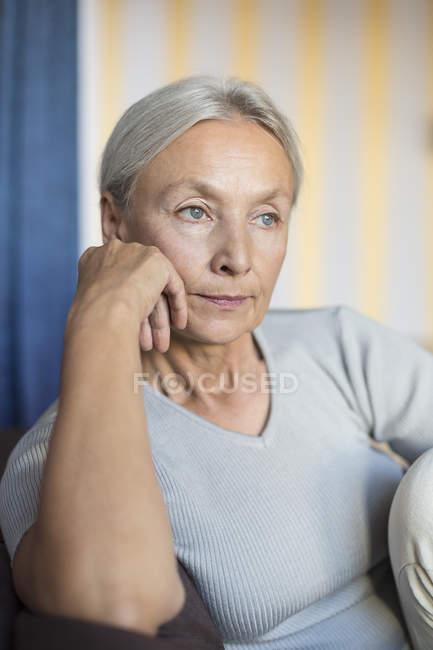 Porträt einer nachdenklichen Seniorin zu Hause — Stockfoto