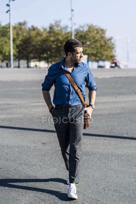 Бизнесмен, гуляющий по городу — стоковое фото