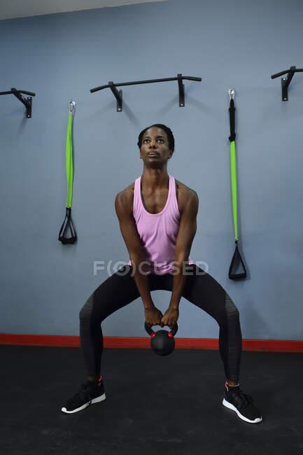 Женщина тренируется с ножами в спортивном зале — стоковое фото