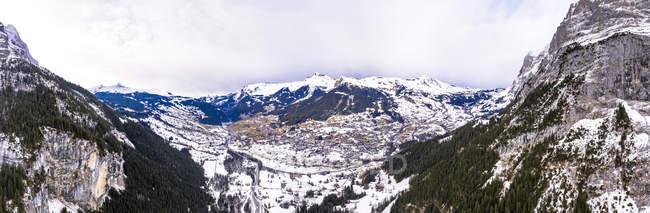 Schweiz, Kanton Bern, Grindelwald, Stadtbild im Winter, Wetterhorn und Mittelhorn — Stockfoto