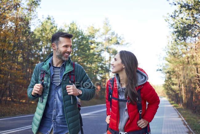 Щаслива пара під час подорожі лісом. — стокове фото
