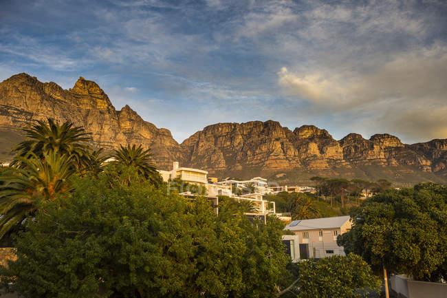 Південна Африка, табірні бухти, столова гора у фоновому режимі, передмістя Кейптаун — стокове фото