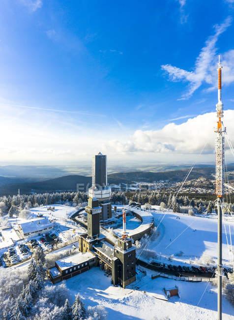 Alemania, Hesse, Schmitten, Vista aérea de Grosser Feldberg, mástil aéreo de hr y torre de observación en invierno - foto de stock