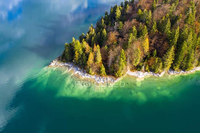 Alemanha, Alta Baviera, Lago Walchen, Vista aérea da Ilha de Sassau — Fotografia de Stock