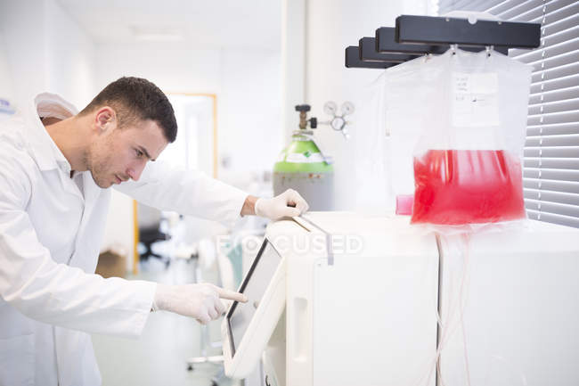Side view of young male scientist working in lab — Stock Photo