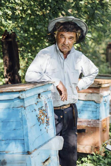 Росія, портрет бджоляра на вулик — стокове фото
