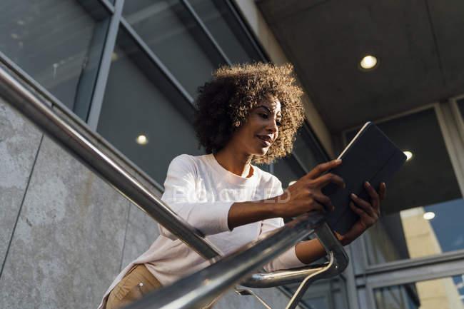 Junge Gelegenheitsunternehmerin mit Smartphone — Stockfoto