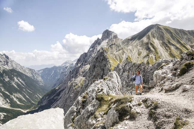 Австрия, Тироль, женщина в походе в горы — стоковое фото