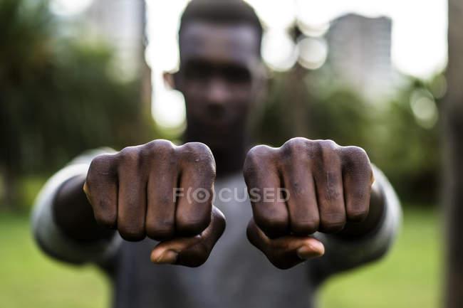 Jovem mostrando seus punhos — Fotografia de Stock