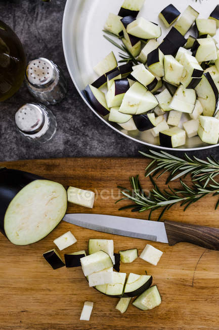 Eggplant on chopping board — Stock Photo