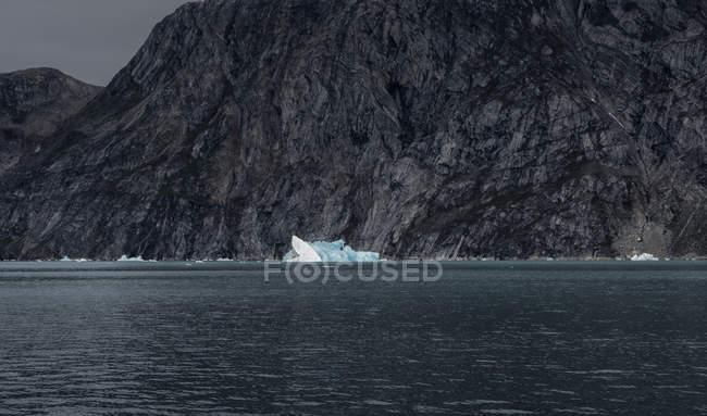 Groenlandia, Sermersooq, Kulusuk, Alpi Schweizerland, iceberg nell'acqua — Foto stock