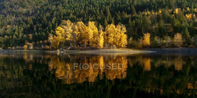 Canada, British Columbia, Shuswap Lake in autumn — Stock Photo