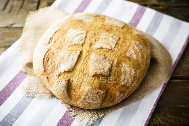 Pagnotta hecha de harina de trigo - foto de stock