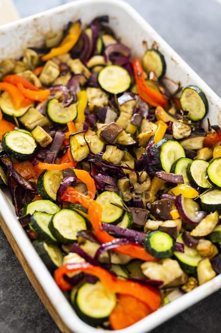 Mezcla de verduras cocidas en cazuela - foto de stock