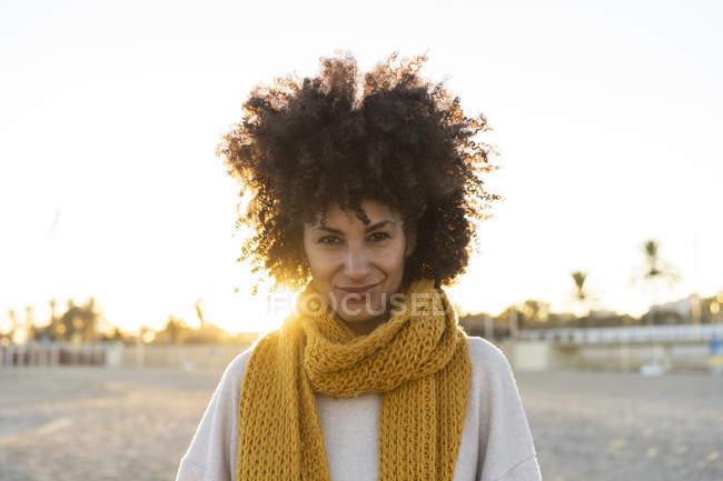 Портрет щасливої жінки на пляжі з жовтим шарфом. — стокове фото