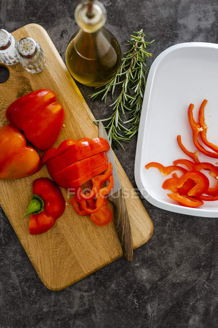 Red bell pepper on chopping board, chopping — Foto stock