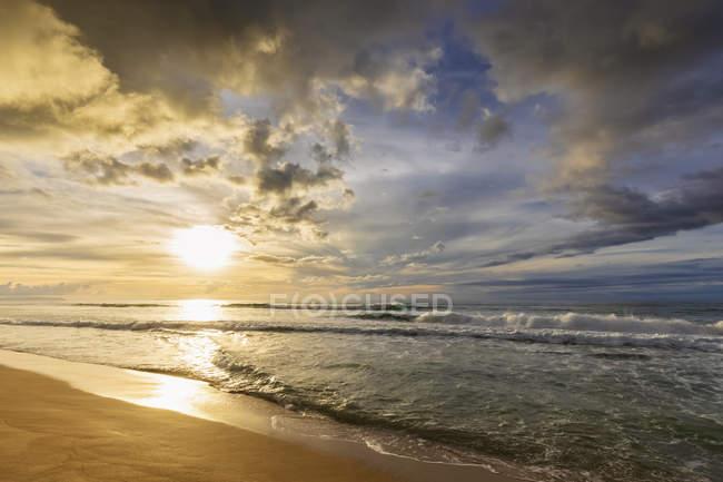 USA, hawaii, kauai, polihale state park, polihale beach bei Sonnenuntergang — Stockfoto