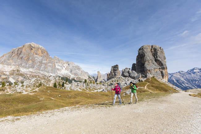 Італія, Кортіна д'Ампеццо, двоє людей походи в гори Доломіти — стокове фото