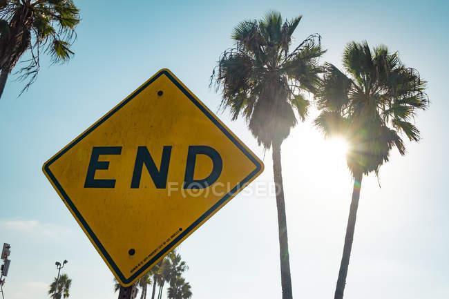США, Каліфорнія, Лос-Анджелес, Венеція, знак кінця проти пальм і сонця — стокове фото