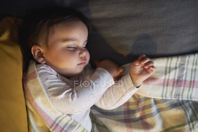 Милая девочка спит — стоковое фото