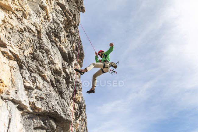 Italy, Cortina d'Ampezzo, man abseiling in the Dolomites mountains — Stock Photo