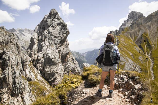 Österreich, Tirol, Frau auf Wandertour in den Bergen mit Aussicht — Stockfoto