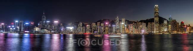 Hong Kong, Tsim Sha Tsui, ciudad panorámica por la noche. - foto de stock