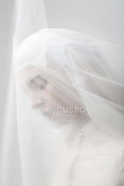 Mulher graciosa presa em um véu — Fotografia de Stock