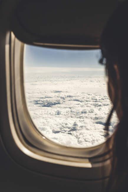Аргентина, Санта - Фе, Розаріо, жінка, яка дивиться крізь вікно літака. — стокове фото