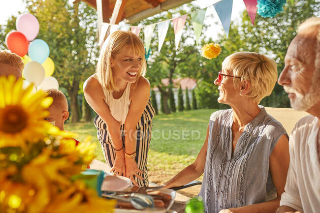 Счастливая расширенная семья с садовым праздником — стоковое фото
