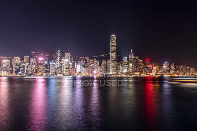 Hong Kong, Tsim Sha Tsui, paisaje urbano por la noche - foto de stock