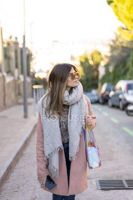 Junge Frau in der Stadt schaut sich um — Stockfoto