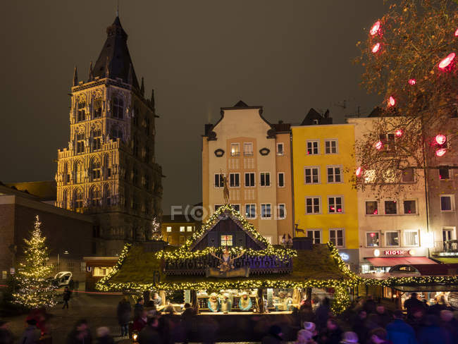 Allemagne, Cologne, vue sur la mairie historique et rangée de maisons avec marché de Noël au premier plan — Photo de stock