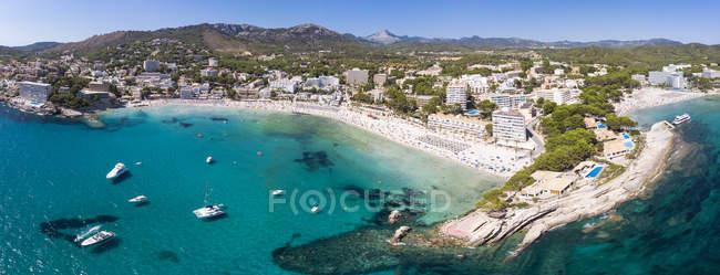 Spagna, Isole Baleari, Maiorca, Regione Calvia, Costa de la Calma, Peguera, Veduta aerea della spiaggia con hotel, panorama — Foto stock
