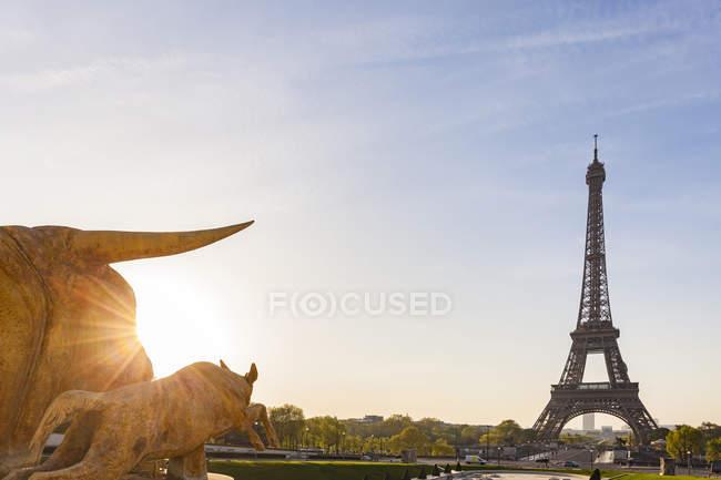 Франция, Париж, Эйфелева башня со статуями на площади Трокадеро на рассвете — стоковое фото