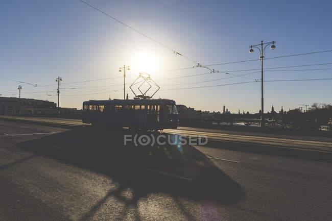 Россия, Москва, Силуэт трамвая, пересекающий мост через Москву-реку — стоковое фото