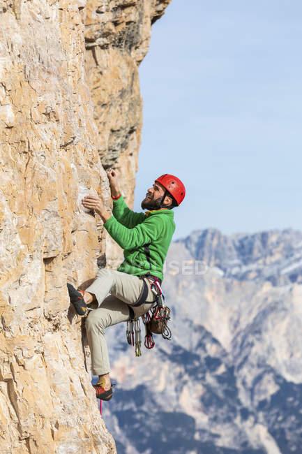 Italia, Cortina d'Ampezzo, l'arrampicata dell'uomo sulle Dolomiti — Foto stock