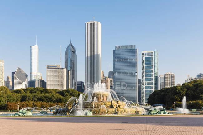 États-Unis, Illinois, Chicago, Skyline, Millenium Park avec fontaine Buckingham — Photo de stock
