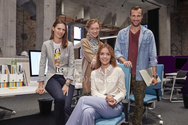 Ritratto di gruppo di un team di colleghi che lavorano per una start up company — Foto stock