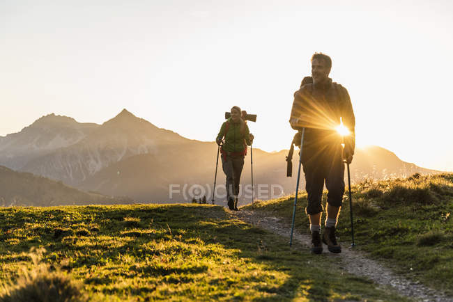 Couple hiking in the Austrian mountains — стоковое фото